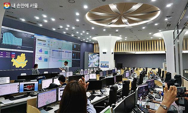 서울시 실시간 교통상황을 확인 중인 서울안전통합상황실 모습 ⓒ김윤경