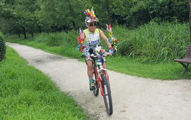매일 아침, 자전거를 타며 시민들과 인사를 나누는 기경호 씨 ⓒ최용수