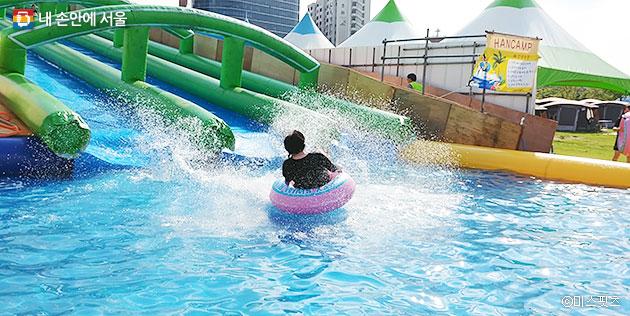 캠핑장 옆에는 워터 슬라이드가 있다. 가족 단위로 올 경우, 어린이들이 신나게 놀 수 있을 듯하다. 어린이들이 워터 슬라이드를 타는 동안 어른들도 편안하게 쉴 수 있다. ⓒ미스핏츠