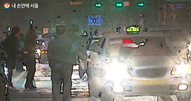 택시를 잡기 위해 손님들이 차도까지 점령한 모습. ⓒSBS뉴스 화면 캡처
