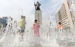 광화문 광장에서 물놀이하는 어린이들ⓒ연합뉴스