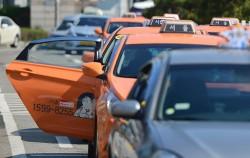 서울 택시 회사 가운데 230곳이 `불친절 요금환불제`에 참여하고 있다 . 택시 뒷좌석을 보면 신고방법을 안내하는 스티커가 부착돼 있다ⓒ뉴시스