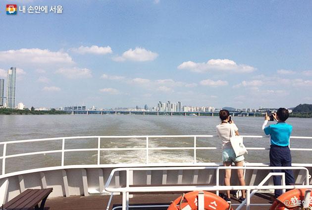 배를 타고 여의도를 지나면 보이는 한강대교와 용산의 모습 ⓒ고륜형
