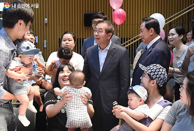 `서울아기 건강 첫걸음` 행사에 참여한 산모와 아기들 만난 박원순 서울시장(사진 가운데)