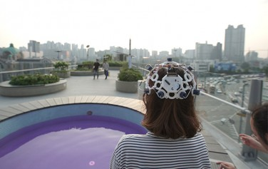 서울로 7017에서 사람이 어떤 영향을 받는지 뇌파를 측정하고 있는 모습