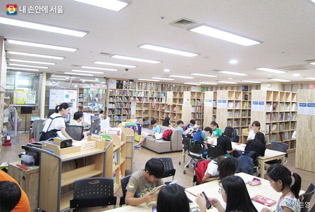 아리랑정보도서관 어린이 도서관에서 공부와 독서를 하는 어린이들 모습 ⓒ박은영