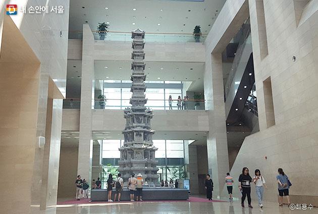 국립중앙박물관에 전시된 경천사십층석탑, 호머 헐버트를 비롯한 독립운동가들 노력으로 일본에 무단반출됐던 탑을 돌려받을 수 있었다. ⓒ최용수