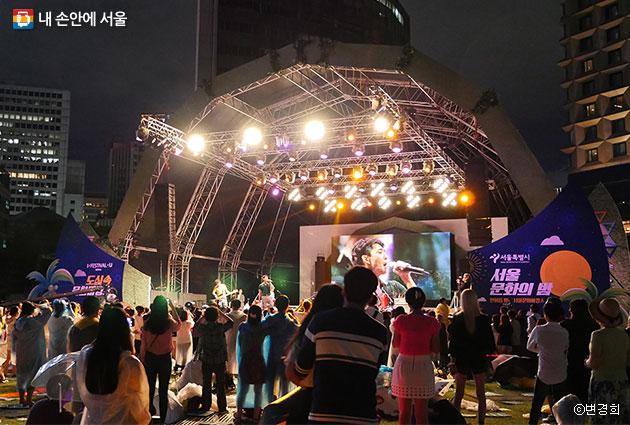 서울광장, 도심 속 문화바캉스 잔나비 밴드 공연을 즐기는 시민들 ⓒ변경희
