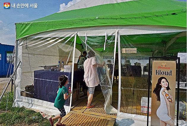 랜턴, 아이스박스, 매트 등 물품을 유료로 대여할 수 있는 한강 캠핑물품대여소가 있다 ⓒ김윤경