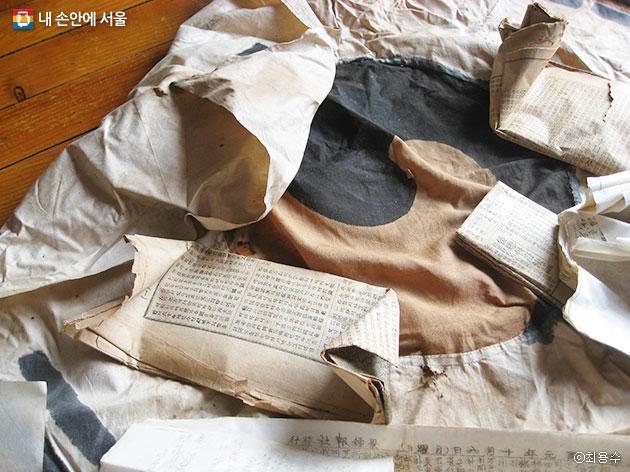 관사 칠성각 수선작업 중 벽 속에서 발견된 3.1운동 당시의 태극기 보자기 모습