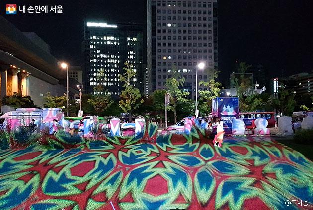눈 조각 프로젝션 멥핑 프로젝트와 LED의 조명으로 행사장이 형형색색으로 물들었다 ⓒ조시승