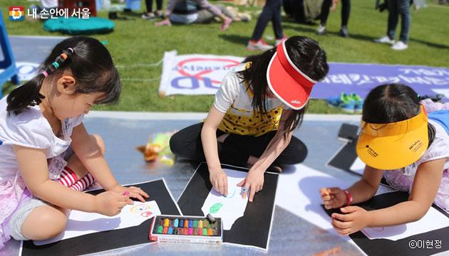 지난해 어린이날, 서울광장에서 옥시제품 불매 그림을 그리는 아이들 ⓒ이현정