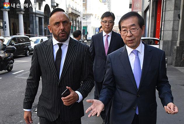 박원순 시장(오른쪽) 마랑고니 패션스쿨 대표 로베르토 리치오(왼쪽)와 만나 패션교류 방안을 논의했다