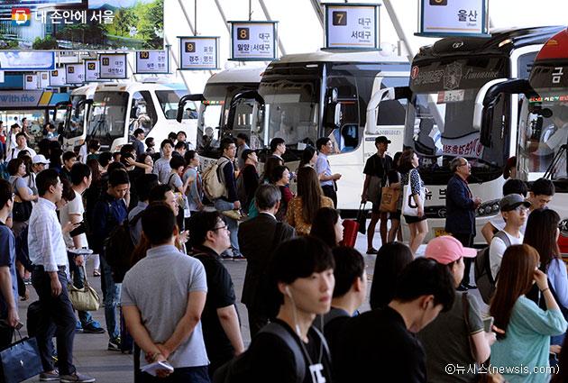 시민들이 고향으로 가기 위해 고속버스터미널에서 버스를 기다리고 있다.ⓒ뉴시스