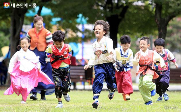 한복을 입은 아이들이 공원에서 뛰놀고 있다.ⓒnews1