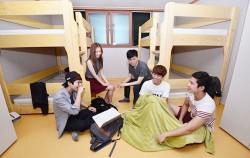 사회주택 입주 시 개인생활과 공동체생활의 이점을 동시에 누릴 수 있다. 사진은 8명이 주택을 공유하는 `모두의아파트`에 입주한 서울대 학생들의 모습ⓒnews1
