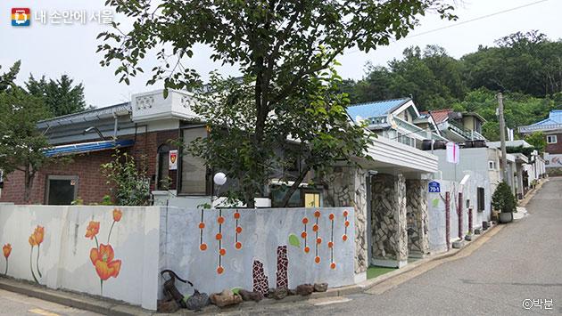 마을 골목길을 수놓은 상사마을 벽화 ⓒ박분