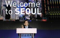 박원순 서울시장이 4일 오전 강남구 코엑스에서 열린 `UIA 2017 서울세계건축대회` 개회식에서 `공유도시 서울, 도시공간의 민주화를 말하다`를 주제로 기조연설을 하고 있다.
