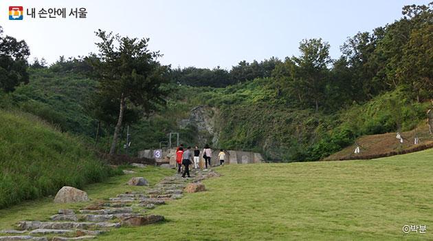 매설된 탱크 아래쪽은 푸른 잔디밭으로 조성돼 산책을 즐기기에 좋다. ⓒ박분