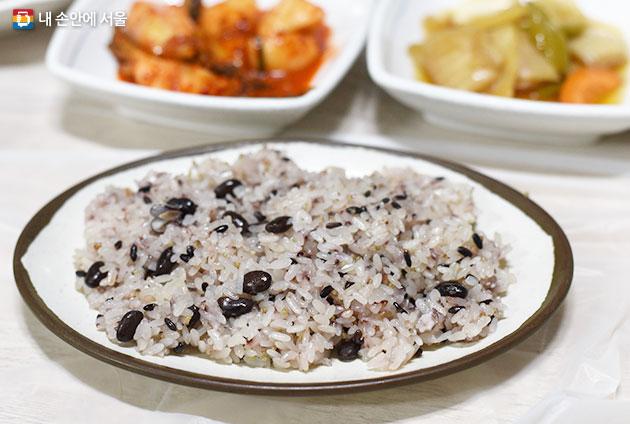 검은콩, 수수, 조가 들어간 밥이 닭볶음탕 양념맛을 배가시킨다