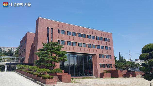 리모델링 공사가 끝난 서울바이오허브 본관동 건물 전경