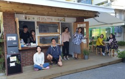 `양천리 갤러리`를 찾아 수채화 감상과 체험을 하며 즐거워하는 서울시 청년활동가 회원들 모습 ⓒ최용수