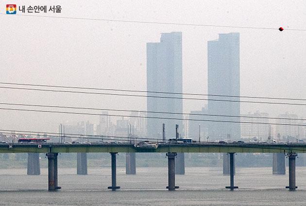 미세먼지 경보를 7분 만에 시민에게 전달하는 '대기오염경보 자동발령시스템'이 9월부터 가동된다. 사진은 미세먼지가 심한 날에 서울 시내 전경