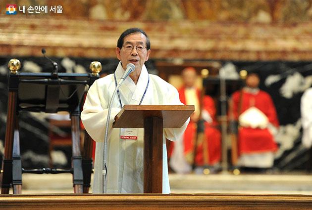 9일 바티칸박물관 한국 특별전 개막미사에서 박원순 시장이 축사를 하고 있다