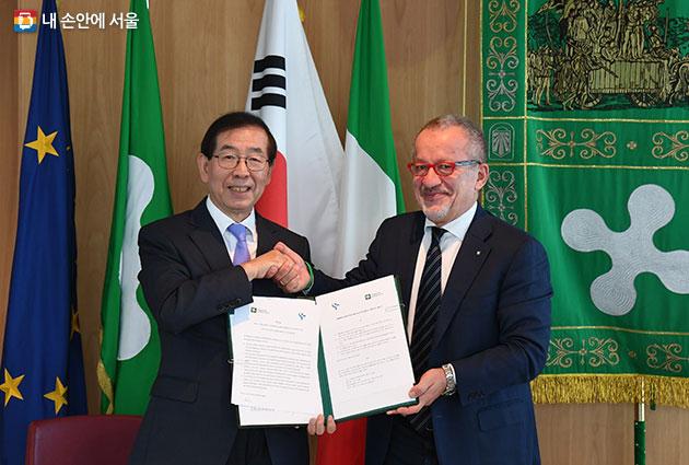 서울시는 이탈리아 롬바르디아주와 우호도시 협정을 체결했다. 사진은 왼쪽부터 박원순 서울시장과 로베르토 에르네스토 마로니 롬바르디아주지사