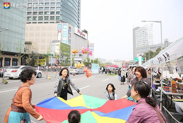 DDP 보행전용거리에서 체험행사를 즐기는 시민들