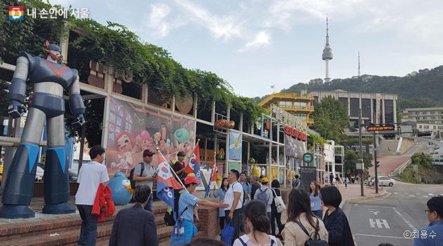 총독부 터와 의사 김익상 표석이 서있는 서울애니메이션센터 앞에 모인 답사단 ⓒ최용수