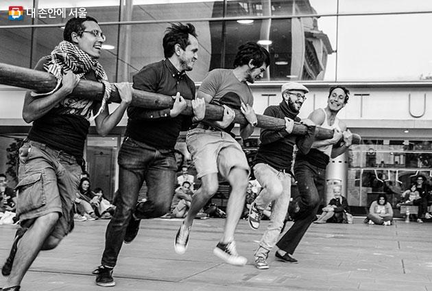 서울거리예술축제2017이 추석 황금연휴인 10월5~8일에 개최된다. 사진은 스페인 호안 까딸라가 선보이는 관객 참여형 공연 `기둥`