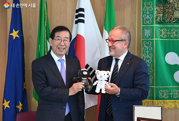 평창동계올림픽 홍보를 위해 마스코트 인형을 선물했다