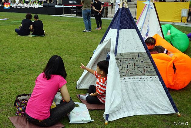 북페스티벌 텐트 안에서 책 읽기를 즐기는 가족들 ⓒ김윤경