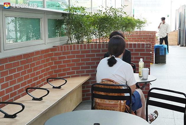 카페 바로 옆 통로에도 쉼터가 마련되었다. 쉼터에서 커피와 함께 대화를 나누고 있는 주민 모습