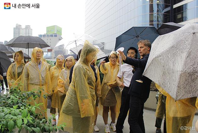 위니 마스가 시민들과 함께 서울로7017을 걸으며 설명하고 있다. ⓒ강서희