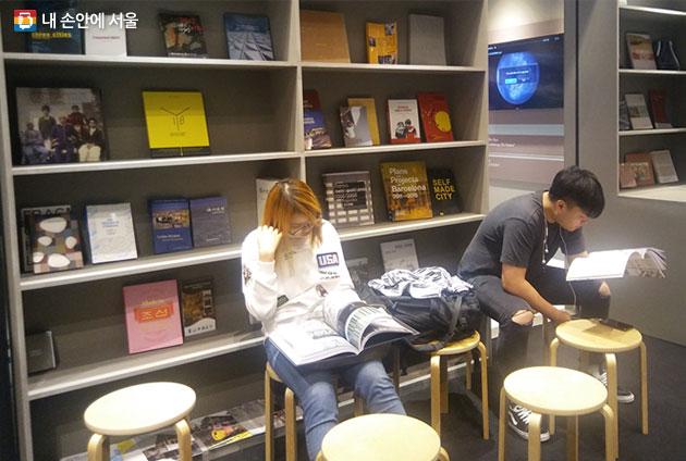 DDP 도시전 관련 책들을 볼 수 있는 휴식 공간