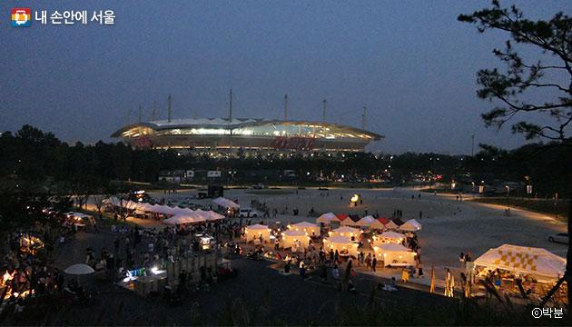 상암월드컵경기장이 보이는 문화비축기지의 달 시장 전경 ⓒ박분