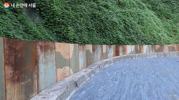 탱크2의 외장철판을 재활용한 모습, 야외무대 둘레를 두르고 있다. ⓒ박분