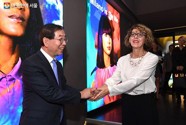 박원순 시장(왼쪽)은 11일 마랑고니 패션스쿨을 방문, 아시아태평양 담당 매니저 엘리사 카포네라(오른쪽) 로부터 패션스쿨 현장과 운영내용을 견학했다
