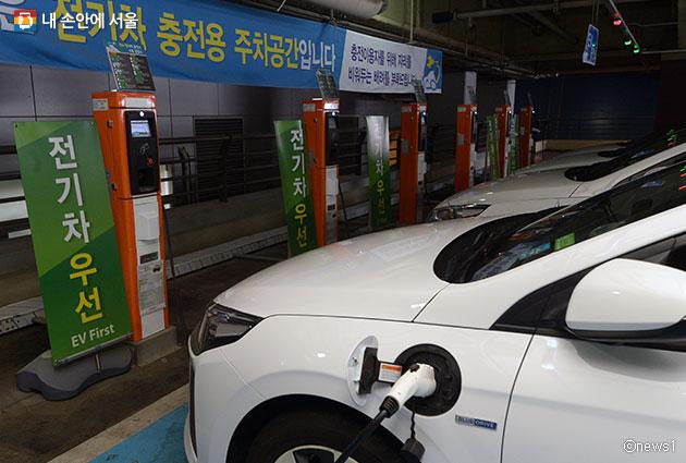 서울시가 금년까지 전기차 급속충전기 총 250기를 설치할 계획이다.사진은 용산 아이파크몰에 설치된 전기차 충전소 모습 ⓒ뉴스1