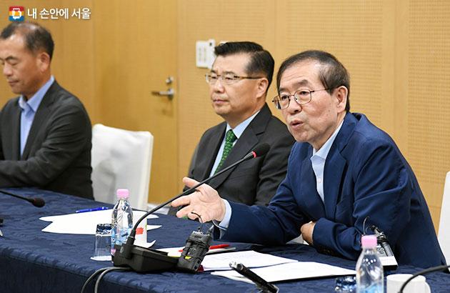 제1차 시장-구청장 회의에서 인사말을 하고 있는 박원순 서울시장(사진 오른쪽)