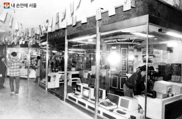 1980년대 세운상가 모습. PC보급 등으로 컴퓨터와 소프트웨어를 찾는 고객들이 급증했다.