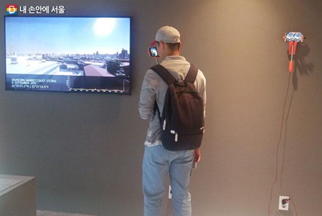 니코시아전 가상현실 체험 기기를 사용 중인 한 시민