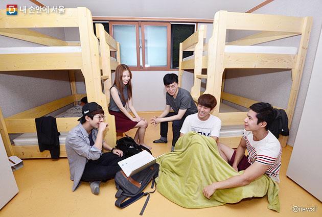 사회주택 입주 시 개인생활과 공동체생활의 이점을 동시에 누릴 수 있다. 사진은 8명이 주택을 공유하는 `모두의아파트`에 입주한 대학생들 모습ⓒnews1