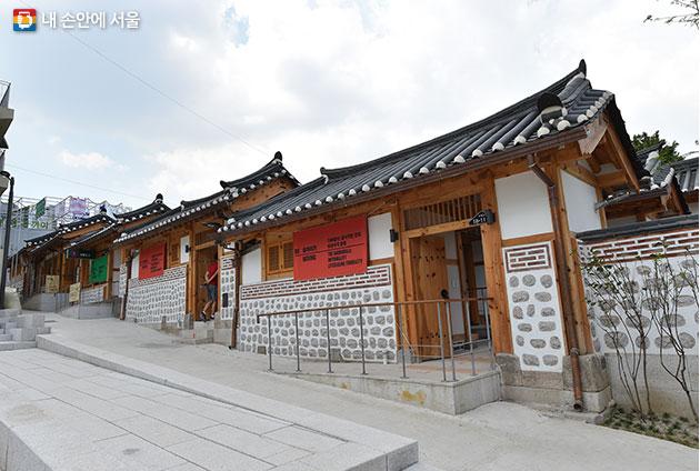 옛 한옥골목을 도시재생을 통해 마을 형태의 전시장으로 만든 돈의문 박물관마을.