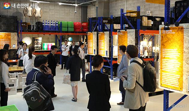 관람객들이 버려진 물품들이 보관된 서울새활용플라자의 `소재은행`을 둘러보고 있다. ⓒnews1