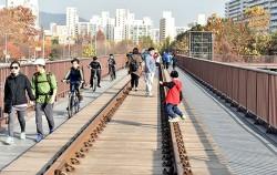 경춘선 숲길 공원이 올해 11월 완공을 목표로 하고 있다. 사진은 숲길 공원 내 경춘철교를 걷고 있는 시민들의 모습ⓒnews1