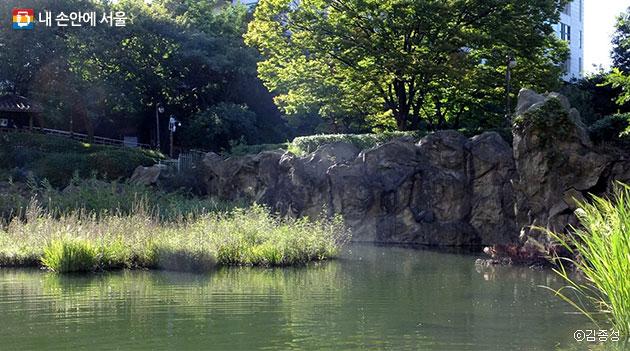 공원 한편엔 사라진 탑산의 일부 흔적이 남아 있다.ⓒ김종성