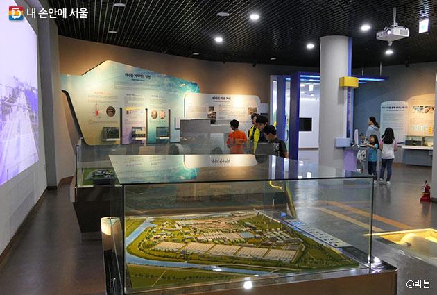 하수도 역사, 기술 등 하수도 전반에 관한 상설 전시가 열리는 1층 전시실 ⓒ박분